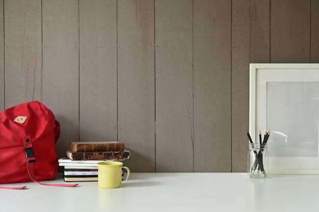 Espace de travail loft élégant avec cadre vierge maquette et gadget de bureau à domicile sur la table de bureau. Photo Premium