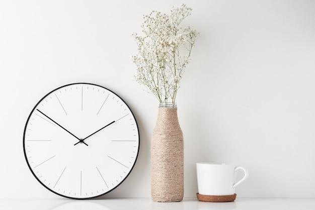 Espace de travail minimal avec bureau à domicile et horloge murale Photo Premium