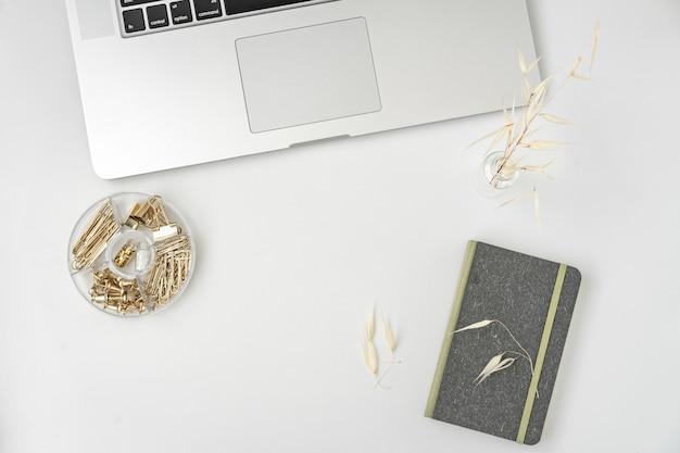 Espace De Travail Plat De Blogueur Ou Pigiste Avec Un Clavier Et Un Cahier Vierge Sur Blanc Photo Premium