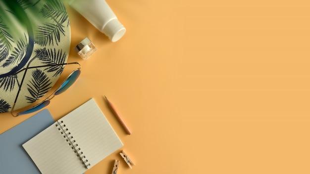 Espace de travail plat poser, vue de dessus dans le concept de l'été. Photo Premium