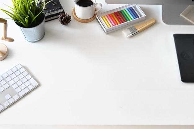 Espace de travail pour concepteur de vues de dessus, ordinateur, fournitures créatives et espace de copie Photo Premium