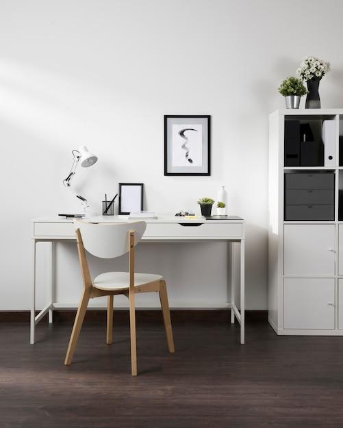 Espace De Travail Soigné Et Organisé Avec Chaise Et Lampe Photo gratuit