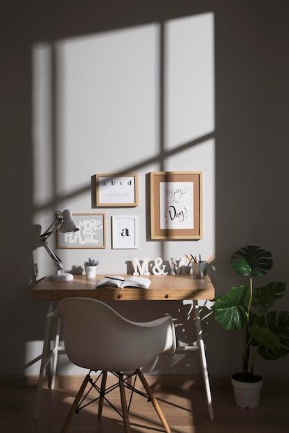 Espace De Travail Soigné Et Organisé Avec Chaise Photo gratuit