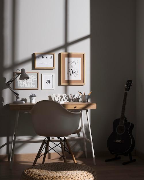 Espace De Travail Soigné Et Organisé Avec Guitare Photo gratuit
