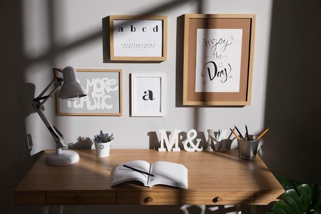 Espace De Travail Soigné Et Organisé Avec Lampe Sur Le Bureau Photo gratuit