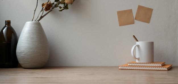 Espace de travail vintage avec roses sèches avec fournitures de bureau et espace de copie sur une table en bois et pense-bête Photo Premium