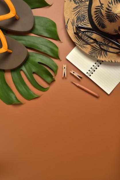 Espace de travail vue de dessus plat sur fond marron avec espace de copie. Photo Premium