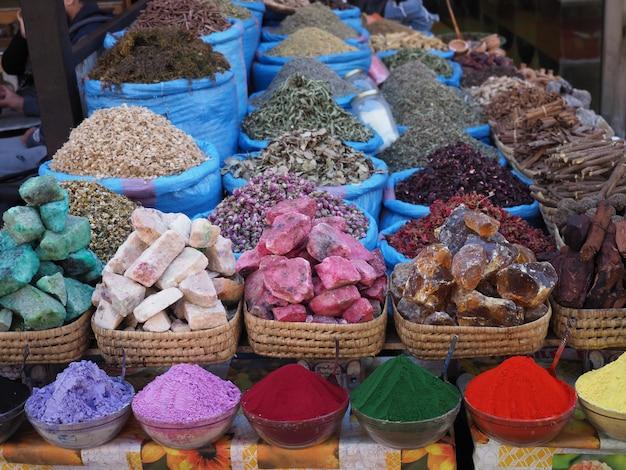 Espèces, fleurs et savons au marché de rue de marrakech, maroc Photo Premium