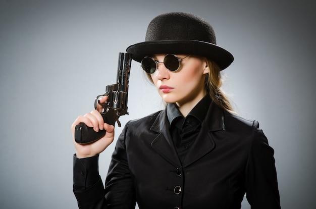 Espionne Avec Arme Contre Gris Photo Premium