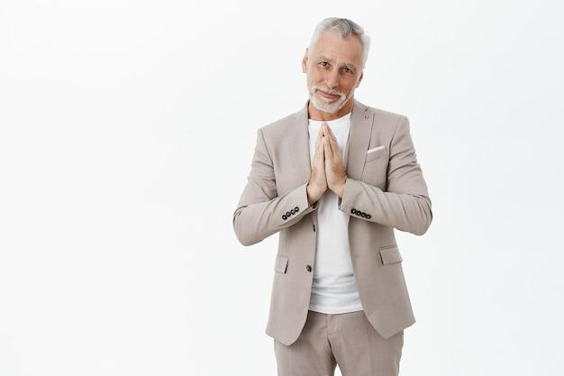 Espoir Vieil Homme En Costume Mendiant, Main Dans La Main Pour Prier Photo gratuit