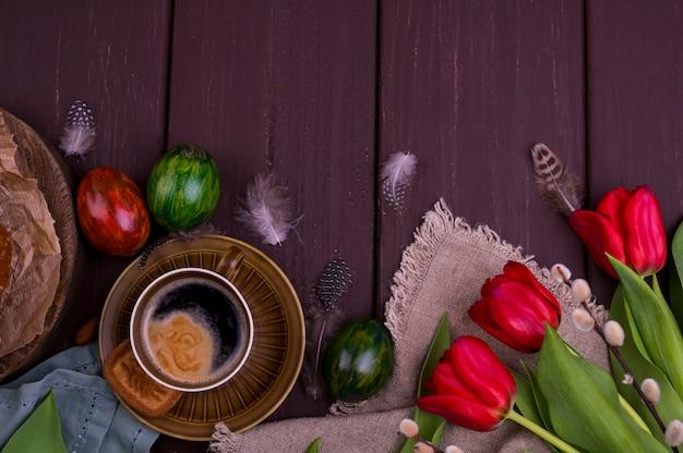Espresso Et Brownie Aromatiques Frais, Sur Une Table En Bois. Petit Déjeuner De Printemps, Fleurs, Tulipes, Pâtisseries Et Café. Vue De Dessus. Espace Libre Pour Le Texte Photo Premium