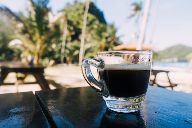 Espresso du matin sur la plage Photo gratuit