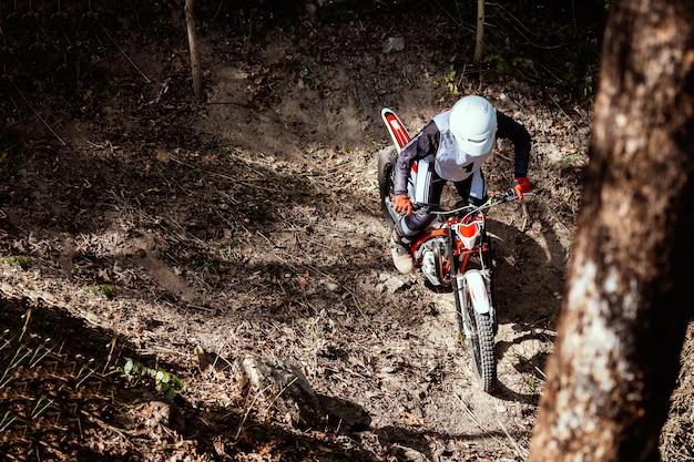 Essais moto pendant la compétition à l'état sauvage Photo Premium
