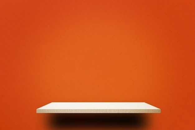 Étagère en bois vide sur le mur rouge brillant Photo Premium