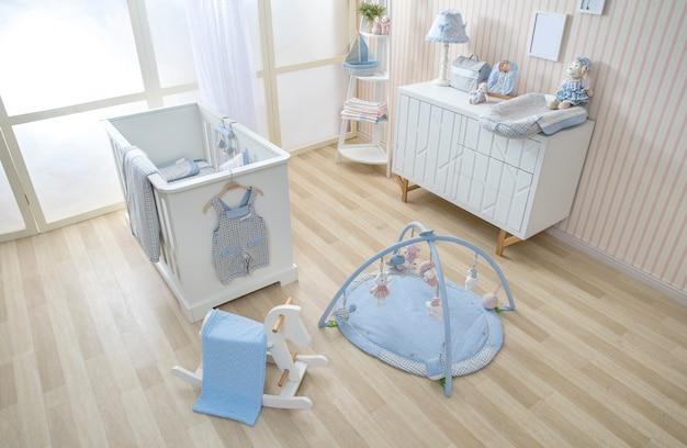 Étagères avec cintre dans la chambre de bébé moderne Photo Premium