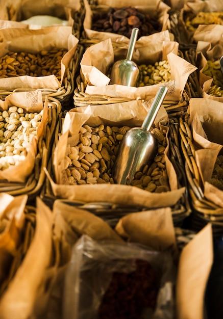 Étal de marché avec divers fruits secs et noix Photo gratuit
