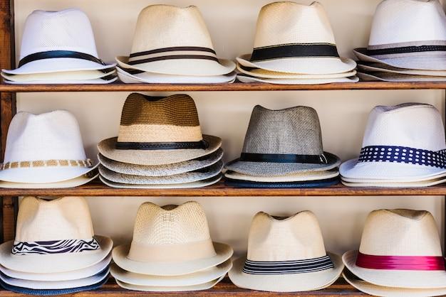 Étal de marché ouvert avec des chapeaux de paille d'été à sozopol, bulgarie Photo Premium