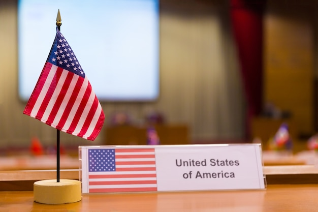 États-unis d'amérique petit drapeau sur la table de réunion Photo Premium