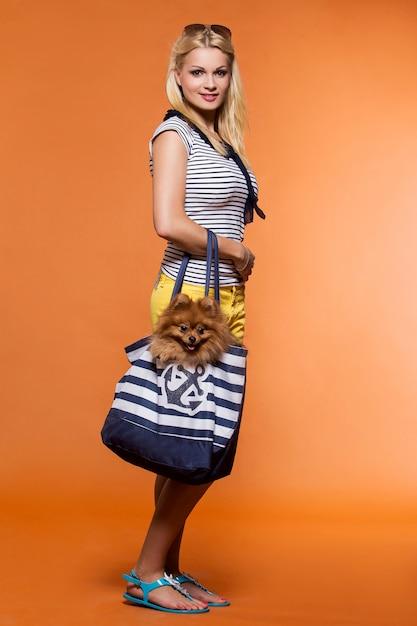 Été. belle blonde avec chien Photo gratuit