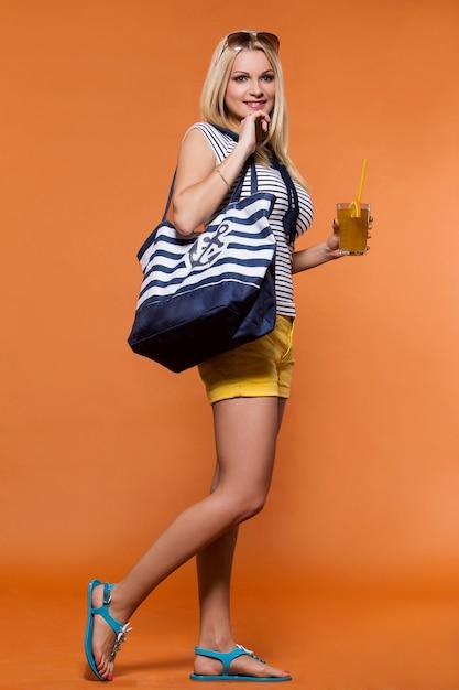 Été. belle blonde avec du jus Photo gratuit