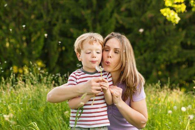 Été familial - soufflage de graines de pissenlit Photo Premium