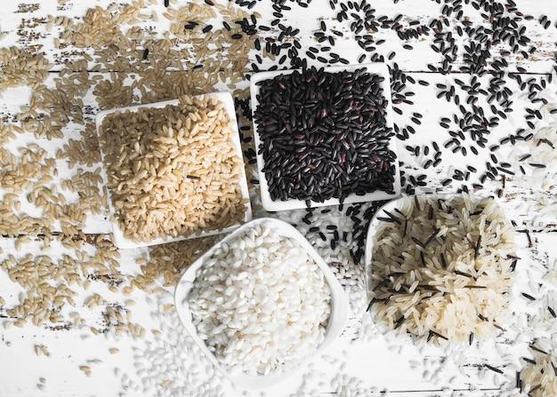 Étendre du riz brun noir blanc et sauvage Photo gratuit