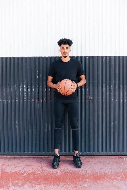 Ethnique sportif avec ballon de basket Photo gratuit