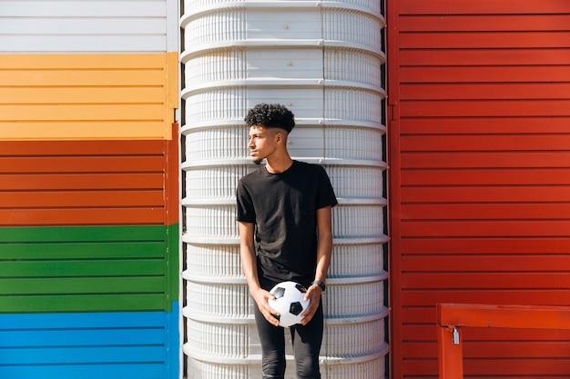 Ethnique sportif avec ballon de foot Photo gratuit