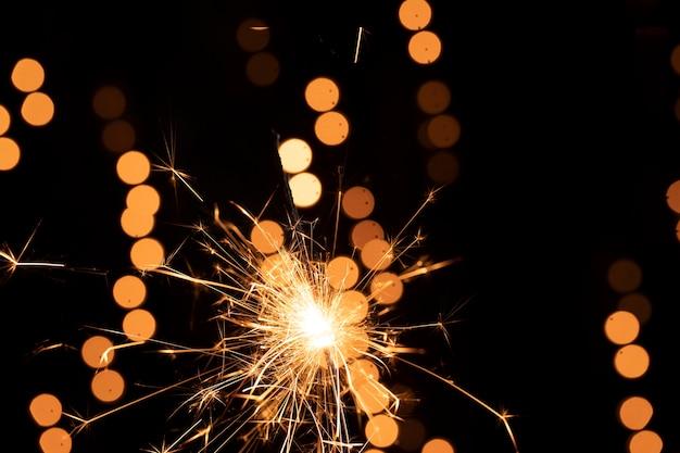 Étincelles Et Feux D'artifice Dans La Nuit Du Nouvel An Photo gratuit
