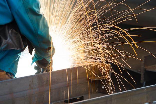 Des étincelles provenant du découpage de l'acier produit Photo Premium