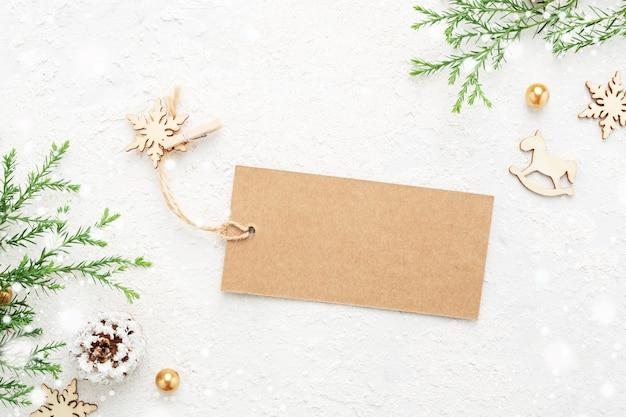 Étiquette-cadeau De Noël Avec Décoration Du Nouvel An Et Neige Sur Blanc. Photo Premium