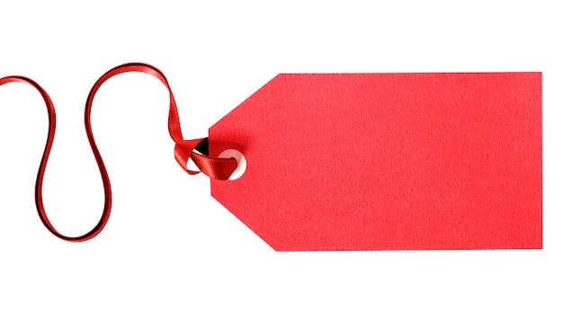 Étiquette Cadeau Rouge à égalité Avec Ruban Rouge Isolé Sur Blanc Photo Premium