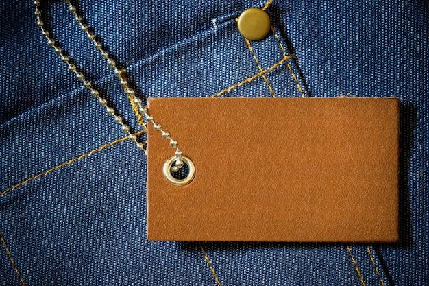 Étiquette en cuir du prix du produit et chaîne à billes en acier inoxydable pour vêtements en denim Photo Premium