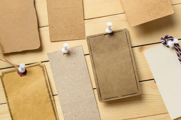 Étiquette sur fond en bois Photo Premium