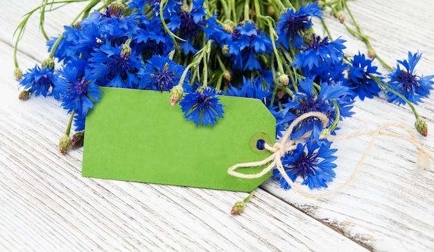 Étiquette en papier avec des bleuets Photo Premium