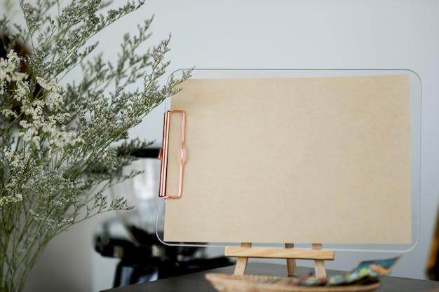 Étiquette en papier marron avec un espace pour le texte sur le couter. Photo Premium