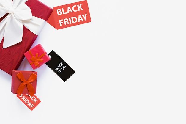 Étiquette de vendredi noire près de cadeaux avec copie-espace Photo gratuit