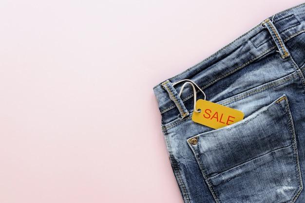 Étiquette de vente sur un jean avec espace de copie Photo gratuit