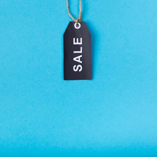 Étiquette de vente noire suspendue par le haut Photo gratuit