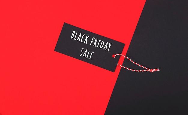Étiquette de vente vendredi noir. étiquette sombre sur le rouge. Photo Premium