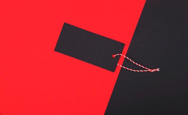 Étiquette de vente vendredi noir, étiquette vierge sur le rouge. Photo Premium