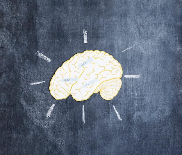 Étiquettes d'idée sur le cerveau sur le tableau noir Photo gratuit