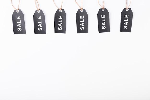 Etiquettes noires de vendredi suspendues au-dessus Photo gratuit