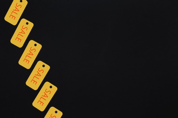 Étiquettes de vente jaunes sur fond sombre Photo gratuit