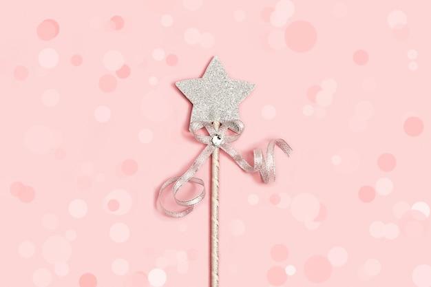 Étoile Argentée Festive Avec Paillettes Sur Fond Rose Tendre Avec Décoration De Boules. Photo Premium