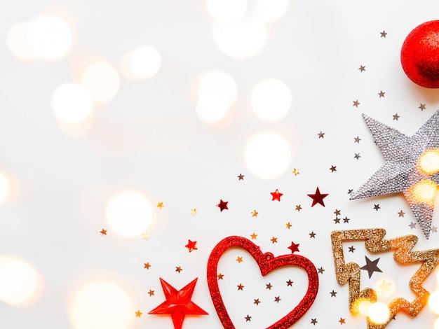 Étoiles brillantes, boules, flocons de neige, coeur, confettis et ampoules Photo Premium
