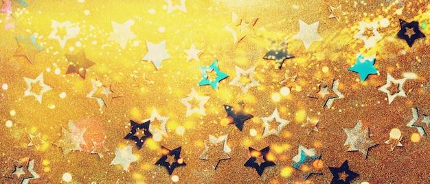Étoiles Brillantes Sur Fond D'or Avec Bokeh Photo Premium