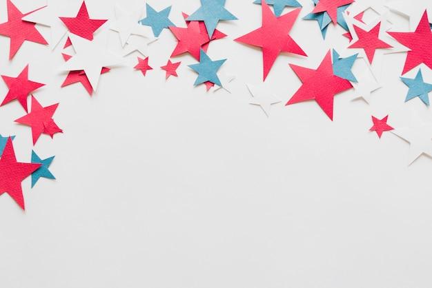 Étoiles colorées sur fond blanc Photo gratuit