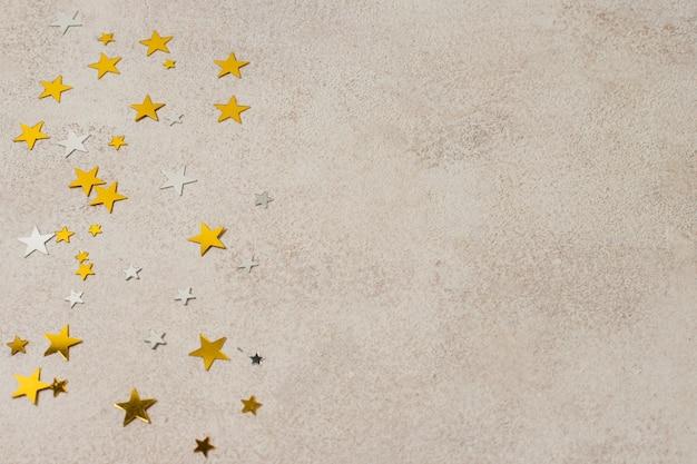 Étoiles De Fête Dorées De L'espace De Copie Sur La Table Photo gratuit
