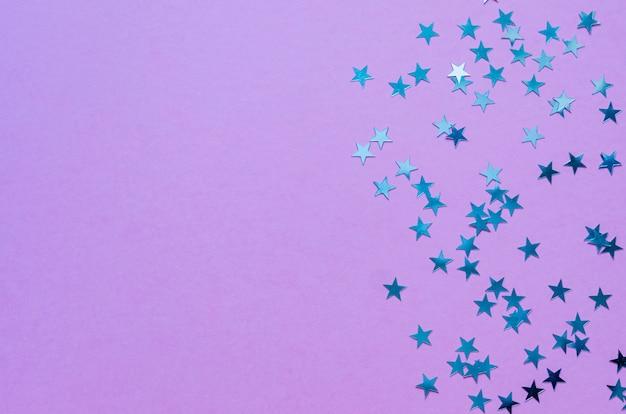Étoiles holographiques sur fond violet branché. Photo Premium